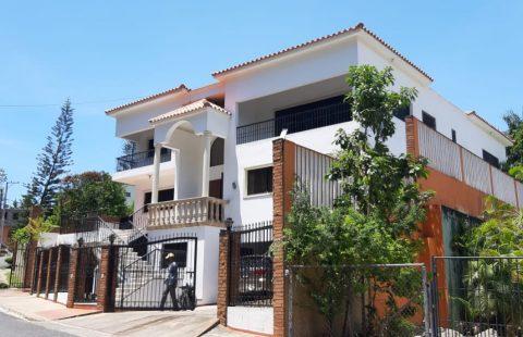 Venta Casa Townhouse, Arroyo Hondo Santo Domingo